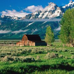 Barn in the mountains Beautiful World, Beautiful Places, Country Barns, Country Living, Home Garden Design, Nature Pictures, The Great Outdoors, Countryside, Nature Photography