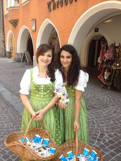 Theresa & Anna in der Innsbrucker Altstadt, 2. Juni 2012