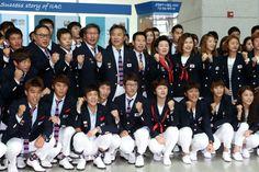 런던 올림픽에 참가하는 한국선수단인 '팀 코리아' 본진이 20일 오후 인천국제공항에서 출국전 파이팅을 외치고 있다.
