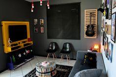 pallets e exposição de coleções na repaginação dessa sala para jovem solteiro