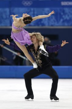 Meryl Davis and Charlie White won the first-ever gold medal for Team USA in Ice Dancing at the 2014 Winter Olympics in Sochi on Feb. Baile Jazz, Foto Sport, Figure Ice Skates, Meryl Davis, Ice Skaters, Ice Dance, Qi Gong, Figure Skating Dresses, Team Usa