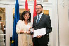 Emilio Sánchez, CEO de IDEA Ingeniería, recoge el galardón de manos de Myriam de la Sierra y Urquijo, presidenta de Honor de la AEDEEC.
