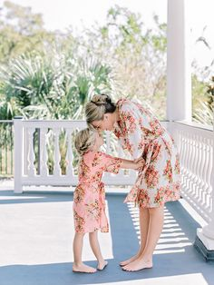 Photography : Amy Arrington Photography Read More on SMP: http://www.stylemepretty.com/2015/05/21/traditional-southern-wedding-at-lowndes-grove-plantation/