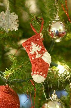 Julestrikk: Små julestrømper til treet | Strikkeoppskrift.com