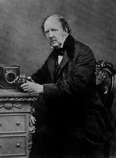 Wiiliam Fox Talbot foi o pai do processo fotográfico negativo/positivo. A invenção do negativo trouxe a possibilidade de criar múltiplas cópias do mesmo exemplar.