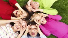 Τα παιχνίδια για την εξοικείωση και το σπάσιμο του πάγου βοηθούν τα παιδιά να νιώσουν άνετα στο πλαίσιο μιας ομάδας, ενθαρρύνουν τη μεταξύ τους επικοινωνία και τα βοηθούν να αισθανθούν πως είνα…