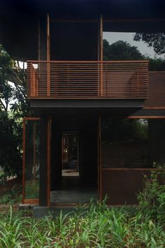 Image 18 of 26 from gallery of Belavali House / Studio Mumbai. Photograph by Studio Mumbai Studio Mumbai, Architecture Résidentielle, Tropical Architecture, Contemporary Architecture, Balustrade Balcon, Balustrades, Home Studio, Scandinavia Design, Design Exterior