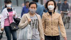 Advertencia científica: Contaminantes del aire entran directamente en el cuerpo por la piel   Personas con máscaras protectoras caminan por una calle en Pekín China / Reuters    Uno de los mayores enemigos de la civilización moderna es la contaminación. De hecho es la causante de diversas enfermedades muchas de ellas mortales. Así estudios recientes han probado que el mecanismo de absorción de sustancias dañinas a través de la piel no es tan lento como se creía anteriormente.  Lospulmones…