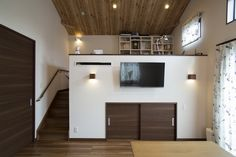 勾配天井のリビングとスキップフロアのある平屋建て住宅 O様邸外観黒を基調とした落ち着きのある外観とし、アクセントのオレンジ色のポストが良く映えます。屋根はシンプルな切妻屋根を大きく架けることで平屋でも存在感のある外観となるようにしました。リビングリビングの天井を勾配天井にすることで開放感のあるリビングとしました。天井を木目調のク