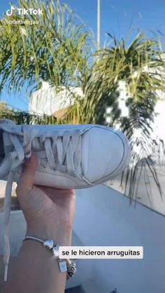 Diy Fashion Videos, Fashion Tips, Cleaning White Vans, How To Tie Shoes, Teen Life Hacks, Creative Shoes, Healthy Skin Tips, Clothing Hacks, Tips Belleza