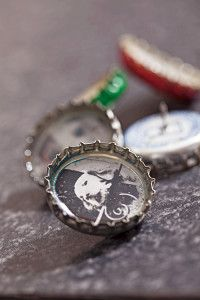 Creative Company | Photocraft: Bottle cap thumbtacks Creative Company, Photo Craft, Pocket Watch, Craft Projects, Cap, Bottle, Crafts, Accessories, Baseball Hat