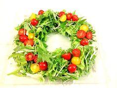 今夜は家族でクリパ。サラダもリース型でクリスマス仕様で… - 22件のもぐもぐ - 12月23日   水菜ととレタスベビーレーフミニトマトのリース型サラダ by myu777