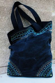 Beaded denim bag: perles et jean , belle combinaisonBeaded denim bag/// You could create a similar look with dimensional fabric paint MásBeaded denim bag by Lucelia Da Silva JoseWhere to Buy Beaded denim bagBeading idea on purse Bag Quilt, Jean Purses, Diy Sac, Denim Purse, Denim Ideas, Denim Crafts, Recycle Jeans, Boho Bags, Bohemian Bag