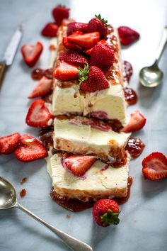 Lemon Fool with Strawberry Salsa Make Ahead Desserts, Cold Desserts, Ice Cream Desserts, Frozen Desserts, No Bake Desserts, Delicious Desserts, Dessert Recipes, Summer Desserts, Frozen Treats
