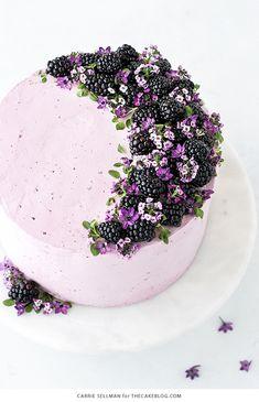 Torte mit Buttercreme Brombeeren und echten Blüten, Idee für leichte Geburtstagstorte
