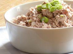 Lekker voor op brood of op een toastje bij de borrel. Soms kan lekker héél simpel zijn. Ingrediënten 1 blikje tonijn op olijfolie of water 2 bosuitjes of 1 halve ui 2 eetlepels mayonaise 1 eetlepel...