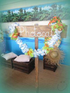 Completa la decoración de tu fiesta luau con esta idea. Utiliza comida y fruta para crear una mesa de colores exóticos. #party #hawaiana