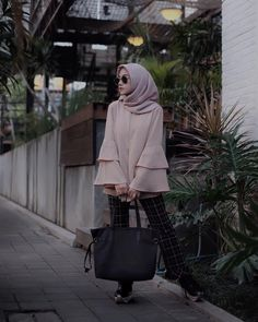 hijab segi empat scarf top blouse kemeja tshirt choco late soft nude mauve coklat muda cream longpants pallazo cullotes celana panjang sneakers lace ups kets boots totebag handbag kacamata kotak kotak hitam ootd outfit 2018