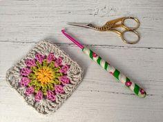 Crochet hook, size (US size polymer clay Fimo covered aluminium hook Crochet Hook Sizes, Crochet Hooks, Crochet Gifts, Pink Flowers, Polymer Clay, Crochet Earrings, Unique, Pretty, Pattern