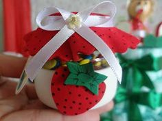 Lindos dulceros reutilizando botellas de PET - Dale Detalles Christmas Bulbs, Holiday Decor, Home Decor, Bottles, Pet Bottle, Brick Flooring, Christmas Ornaments, Recycling, Cute