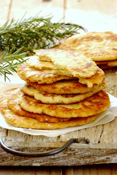 Garlic & Rosemary Flatbreads: delicious unleavened flatbreads - perfect for serving with hummus! Passover Recipes, Jewish Recipes, Great Recipes, Favorite Recipes, Dinner Recipes, Lunch Recipes, Kosher Recipes, Cooking Recipes, Dessert Bread