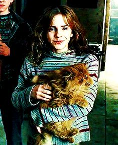 Hermione Granger being super cute with her super cute crookshanks ✨ - Movie Saga Harry Potter, Harry Potter Icons, Harry Potter Love, Harry Potter Characters, Harry Potter Universal, Harry Potter World, Draco And Hermione, Severus Snape, Draco Malfoy