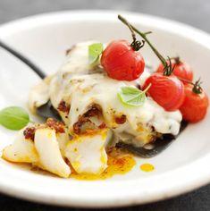 Dit recept beschrijft hoe je vis uit de oven maakt met tomaat en mozzarella.