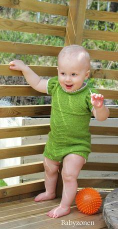 Oppskrift på strikket rumper - SPIRE Baby Knitting, Knitted Baby, Crochet Necklace, Romper, Design, Babies, Threading, Overalls, Short Jumpsuit