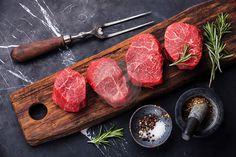 Fresca sin procesar de mármol Steak carne y los condimentos en el fondo de mármol oscuro