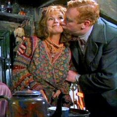 Molly and Arthur Weasley Weasley Harry Potter, Ginny Weasley, Harry Potter Books, Harry Potter Love, Harry Potter World, Lord Voldemort, Mischief Managed, Film, Role Models