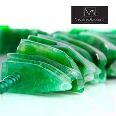 Dale a tu look un toque natural con este collar elaborado en resina de color verde esmeralda. Lo encuentras en Martha Álvarez.  http://www.elretirobogota.com/esp/?dt_portfolio=martha-alvarez-joyeria
