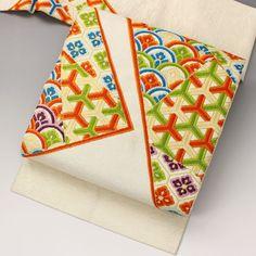 銀糸の織り込みが入った地色に、両脇から三角に張り出す枠で、亀甲や青海波、籠目の文様です。  <シチュエーション> カジュアルなお着物と合わせてお使いいただけます。 小紋や紬、色無地などと合わせて、おしゃれ着としてお楽しみ頂けます。    【楽天市場】九寸名古屋帯 【中古】【仕立て上がりリサイクル帯・リサイクル着物・リサイクルきもの・アンティーク着物・中古着物】:ビスコンティ&きもの忠右衛門