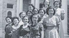 Empleadas del departamento de aduanas de Haifa. Shafika Sa'ad, en el centro con blusa de lunares, las dos mujeres por la izquierda de la primera fila son judías. 1940-42