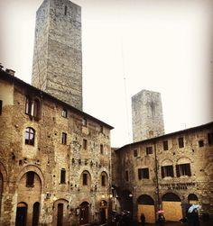 """13º dia - San Gimignano: mais uma joia da Toscana também chamada de """"a Manhattan da Toscana"""" por causa de suas torres. Atualmente são só 14 torres mas já foram 72. É possível subir em apenas 1 delas (a mais alta da foto) a torre Grossa de onde se tem uma bela vista. Neste dia havia um fog na cidade.  São 2 praças principais. Esta da foto é a piazza della Cisterna que como o nome já diz tem um lindo poço. A outra é a Piazza del Duomo onde estão o Palazzo del Popolo (museu cívico) e a…"""