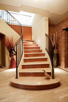 Scala interna classica in marmo Travertino Rosso e Travertino Navona Interior Decorating, Interior Design, Stairs, Home Decor, Travertine, Granite, Luxury Life, Nest Design, Stairway