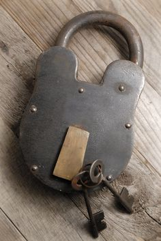 Old Iron & Brass padlock. Perfect on a vintage trunk. Under Lock And Key, Key Lock, Antique Keys, Vintage Keys, Retro Vintage, Cool Lock, Old Keys, Vintage Trunks, Knobs And Knockers