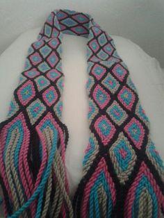 Gasa wayuu Tapestry Crochet, Crochet Squares, Fiber Art, Diy And Crafts, Weaving, Knitting, Fashion, Loom Bracelets, Fabrics