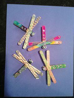 Libelle aus Holzstäbchen