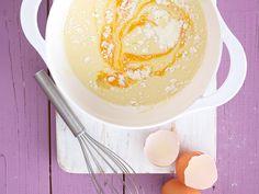Einfacher geht's nicht: Aus Eiern, Milch, Mehl und Salz bereiten wir im Handumdrehen klassischen Pfannkuchenteig zu. So geht das Grundrezept.