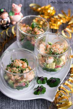 Garnelen Cocktail Salat im Glas Rezept - MakeItSweet.de Garnelen Cocktail Salat im Glas Rezept mit Radieschen Feldsalat Avocado Kresse - ideal als Vorspeise, Buffet, Partyrezept, Silvester Shrimp Salad Recipes, Radish Recipes, Appetizers For Party, Appetizer Recipes, Healthy Eating Tips, Healthy Recipes, Healthy Dinners, Corn Salads, Vegetable Drinks
