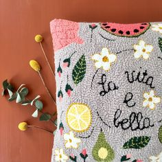 "282 mentions J'aime, 5 commentaires - We Fil Good (@wefilgood) sur Instagram : ""🍋 Close-up on our punch needle pillow «La vita è bella», full of vitamins and good vibes! 🍉…"" Yellow Punch, Punch Needle Patterns, Fabric Yarn, Penny Rugs, Punch Art, Rug Hooking, Craft Tutorials, Crochet, Hand Weaving"