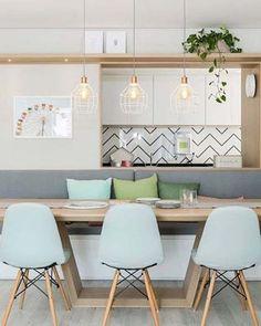 E que a nossa semana seja leve e divertida como essa sala de jantar integrada a cozinha.✨ Amei o uso das cores bem suaves combinando com o revestimento da bancada da cozinha em chevron. 💛 Projeto da maravilhosa 👉🏼 Duda Senna