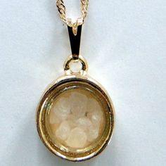 """Corrente com pingente de """"Círculo com Sal Grosso"""", confeccionada em liga Estanho, com acabamento banhado a Ouro (Dourado) ou Rhodium (Prateado)"""