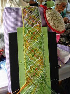 Detalles Vistos En La Trobada De Montseny - 2014 Irish Crochet, Crochet Lace, Bobbin Lacemaking, Bobbin Lace Patterns, Tablet Weaving, Point Lace, Lace Jewelry, Needle Lace, Lace Making