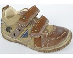 Sød babysko fra Primigi. Skoen er designet i neutrale farver med velcrolukning.