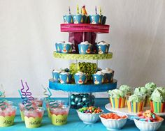 i like the look of using cupcake holders to harmonize the drinks, cupcakes, ice cream... etc. solid colors though for me.