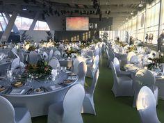 Veranstaltung im Cruise Center Hamburg, Center für Kreuzfahrten, Tischdekoration mit Blumen für großes Event