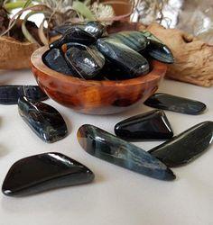 Tudo Sobre a Pedra Olho de Falcão - Significado, Energias e Usos Hocus Pocus, Wicca, Feng Shui, Gemstones, Terra, Altar, Base, Healing Crystals, Healing Crystals