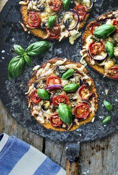 Glutenfri pizza med en botten som innehåller sötpotatis, hur blir det egentligen? Hur gott som helst kan jag berätta! En pizzabotten som får riktigt krispiga kanter och smakar sötpotatis, mums!...