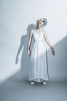 Shiny dress …存在感あるシルバーの輝きを放つレース素材のドレス。 クルーネックの首元とウエストラインに施したビーズ刺繍がアクセントに。